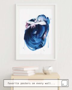 Das Bild zeigt ein Einrichtungsbeispiel mit dem Motiv THE NOISE OF THE SEA von Agnes Cecile als Wandbild