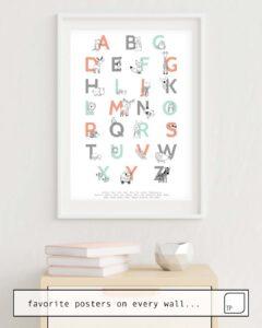 Das Bild zeigt ein Einrichtungsbeispiel mit dem Motiv ANIMAL ALPHABET von Amy Hamilton als Wandbild