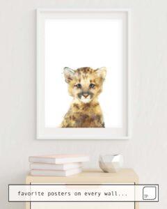 Das Bild zeigt ein Einrichtungsbeispiel mit dem Motiv LITTLE MOUNTAIN LION von Amy Hamilton als Wandbild