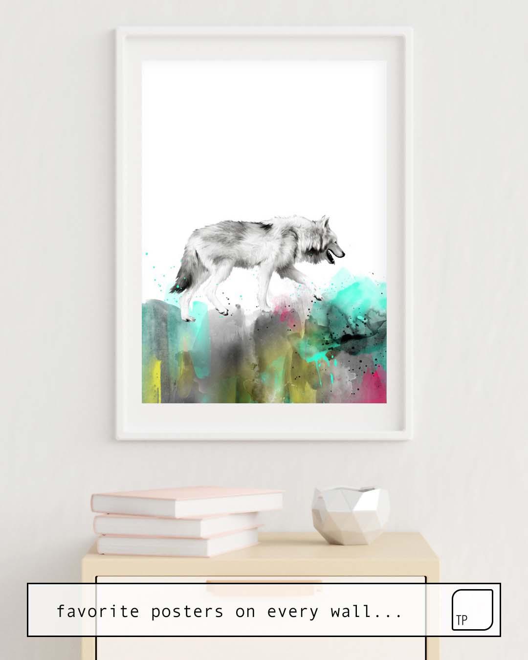 La photo montre un exemple d'ameublement avec le motif WILD NO. 3 // WOLF par Amy Hamilton comme peinture murale