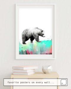 La photo montre un exemple d'ameublement avec le motif WILD NO. 1 // BEAR par Amy Hamilton comme peinture murale