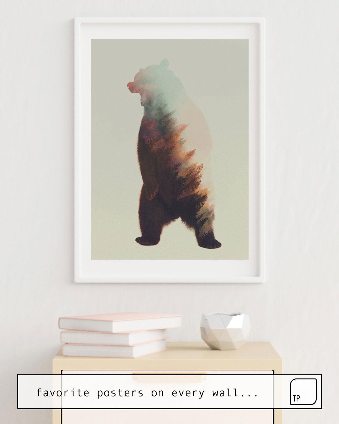 La photo montre un exemple d'ameublement avec le motif NORWEGIAN WOODS: BEAR par Andreas Lie comme peinture murale