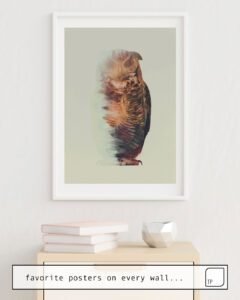 La photo montre un exemple d'ameublement avec le motif NORWEGIAN WOODS: THE OWL par Andreas Lie comme peinture murale