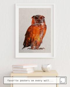 La photo montre un exemple d'ameublement avec le motif OWL IN WILDFIRE par Andreas Lie comme peinture murale