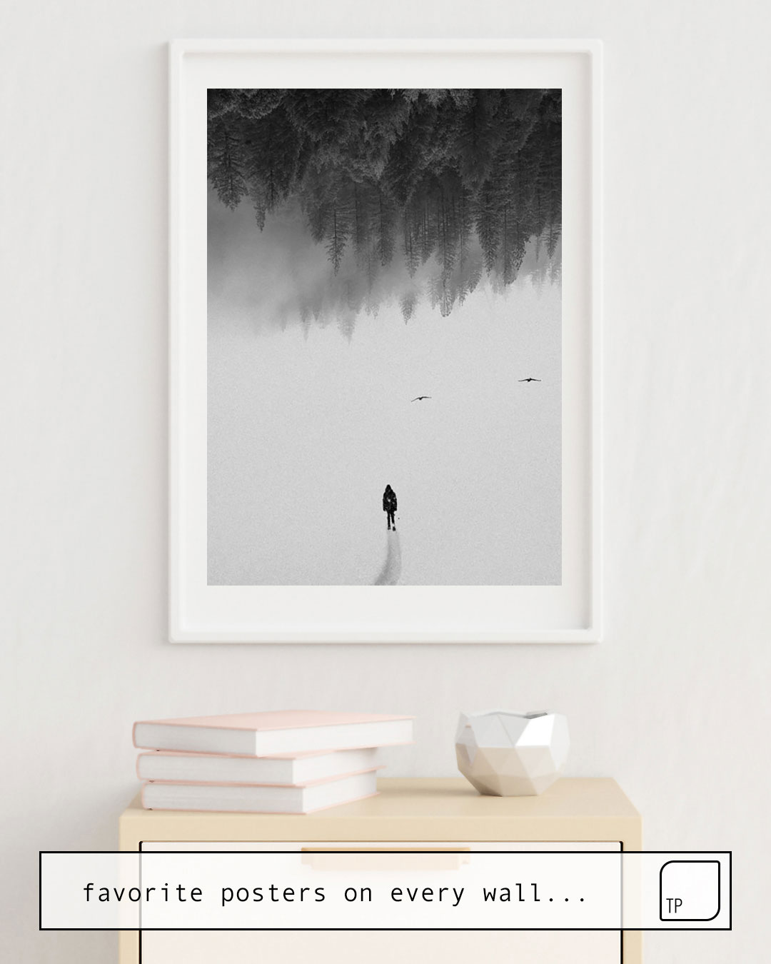 Das Bild zeigt ein Einrichtungsbeispiel mit dem Motiv SILENT WALK von Andreas Lie als Wandbild