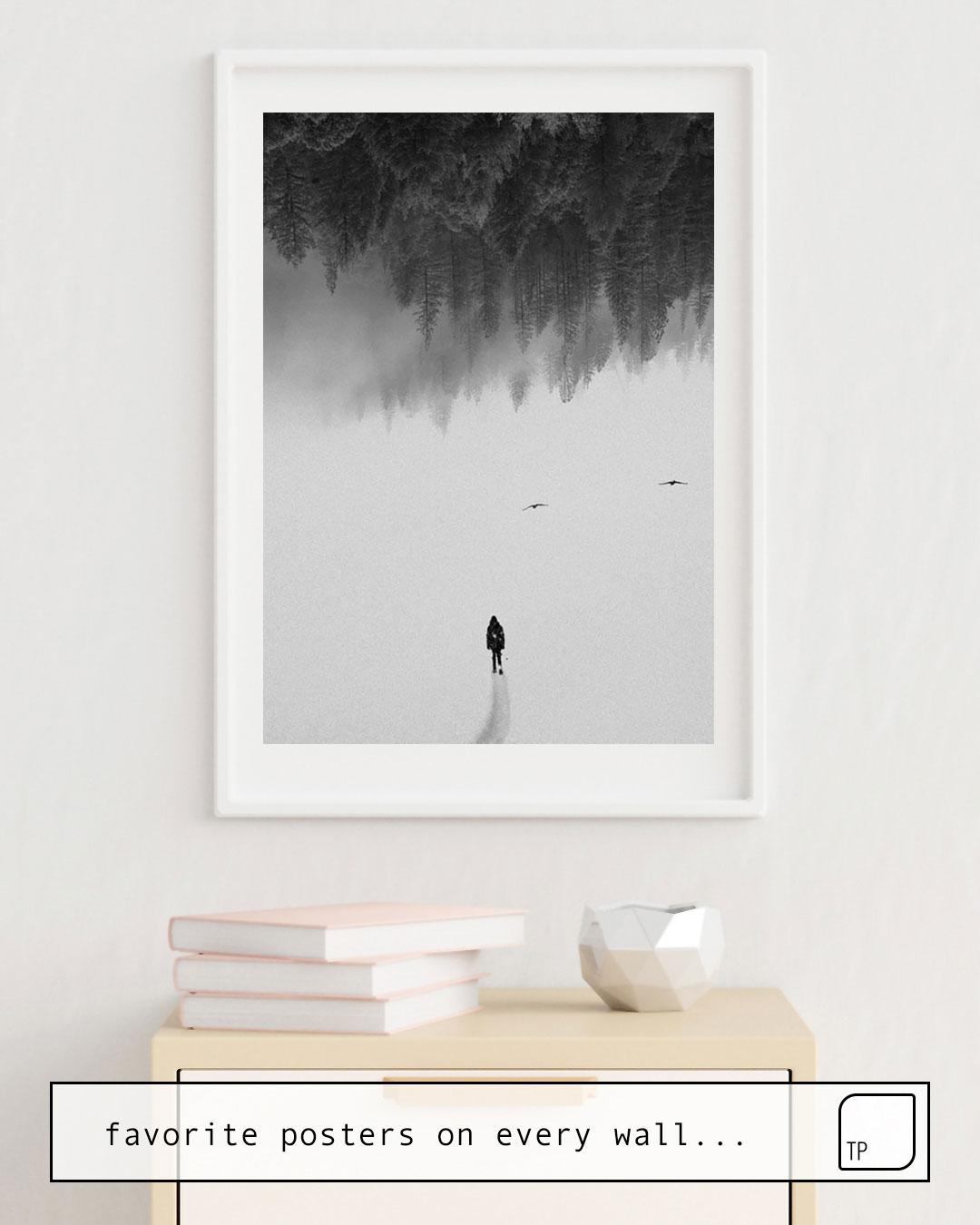 La photo montre un exemple d'ameublement avec le motif SILENT WALK par Andreas Lie comme peinture murale