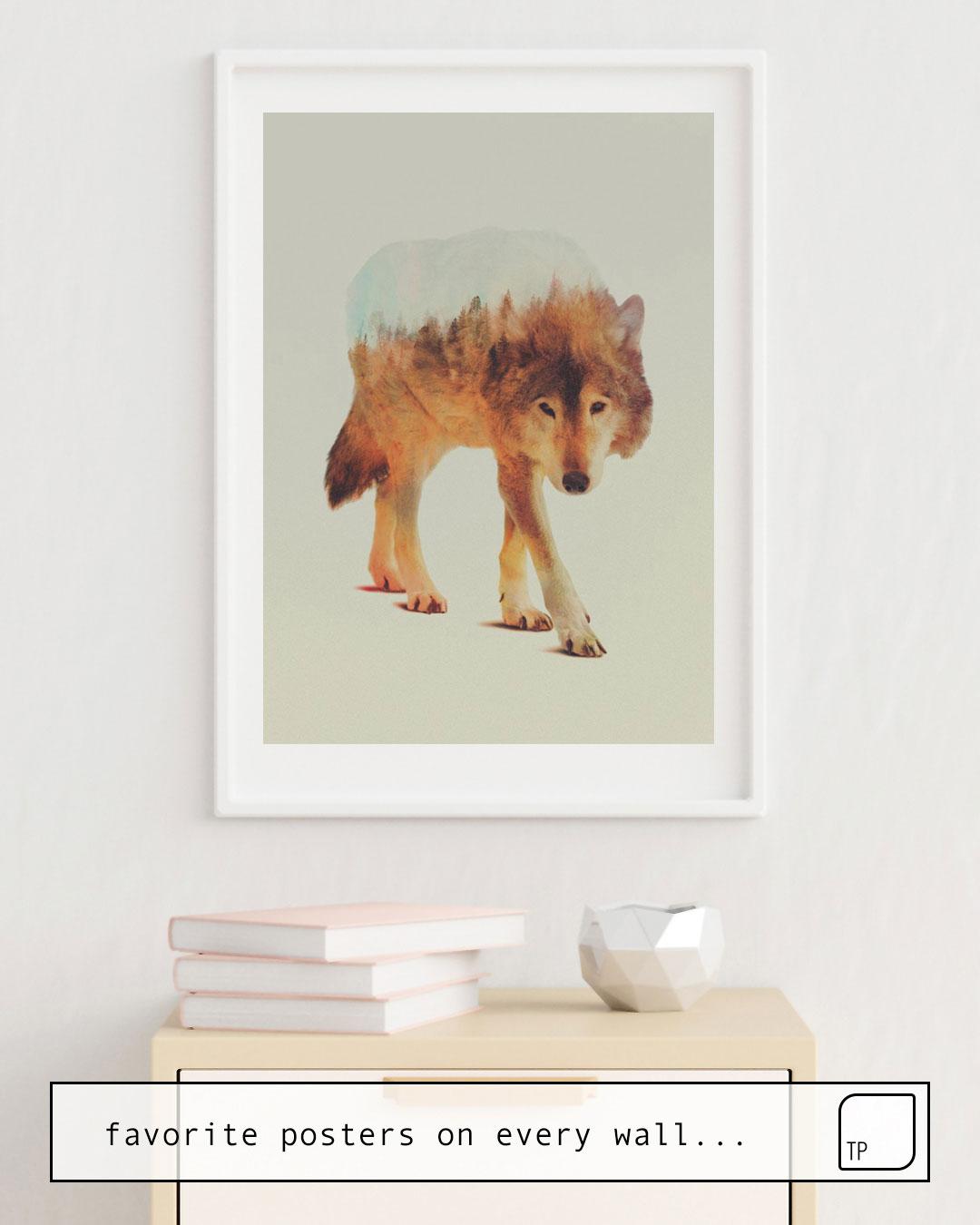 La foto muestra un ejemplo de decoración con el motivo WOLF IN THE WOODS #2 por Andreas Lie como un mural