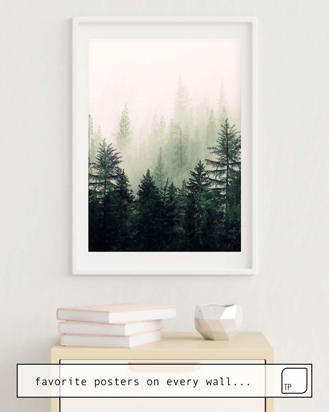La photo montre un exemple d'ameublement avec le motif FOGGY PINE TREES par Andreas12 comme peinture murale