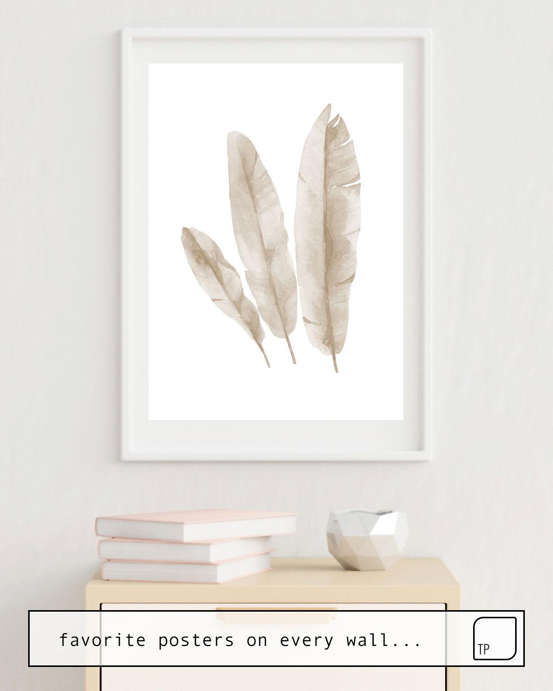 La photo montre un exemple d'ameublement avec le motif BEIGE TROPICAL LEAVES par Art by ASolo comme peinture murale