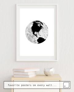 Das Bild zeigt ein Einrichtungsbeispiel mit dem Motiv EARTH. von Art by ASolo als Wandbild