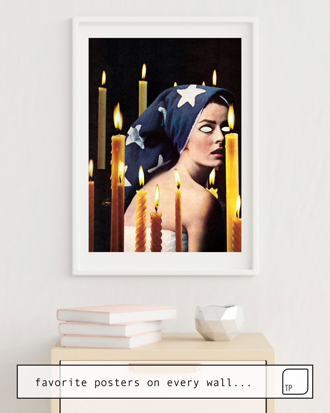 La photo montre un exemple d'ameublement avec le motif PRIESTESS par Beth Hoeckel comme peinture murale