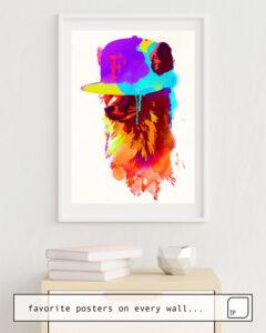 Das Bild zeigt ein Einrichtungsbeispiel mit dem Motiv FOXEY'S FAVORITE CAP von Robert Farkas als Wandbild