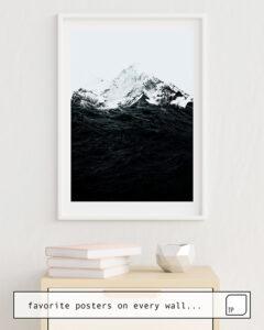 La photo montre un exemple d'ameublement avec le motif THOSE WAVES WERE LIKE MOUNTAINS par Robert Farkas comme peinture murale