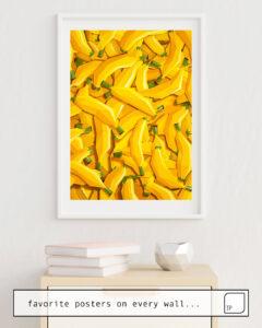 Das Bild zeigt ein Einrichtungsbeispiel mit dem Motiv TOO MANY BANANAS von Yetiland als Wandbild